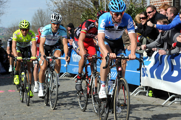 Sep Vanmarcke leads the chase now, the Kwaremont is having an effect on the racing..!