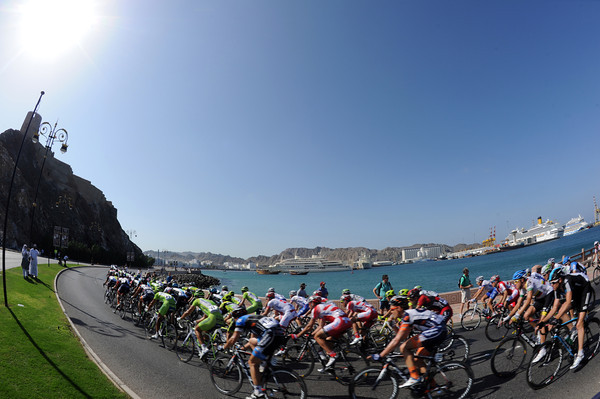 The peloton is going faster with five laps of the Corniche to go...