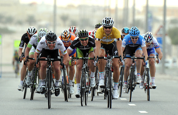It's a sprint between Cavendish, Boonen - and Green Edge's Aidis Kruopis..!