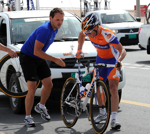 Mark Renshaw gets his bike fixed on a day when his sprint is expected to be sharp..!