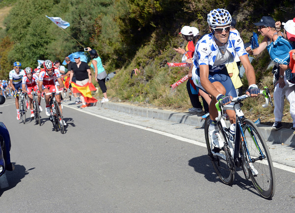 Valverde attacks now, as Losada and Moreno come up to support Rodriguez...