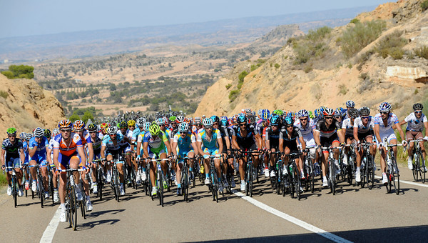 The peloton is starting to speed up in central Aragon...