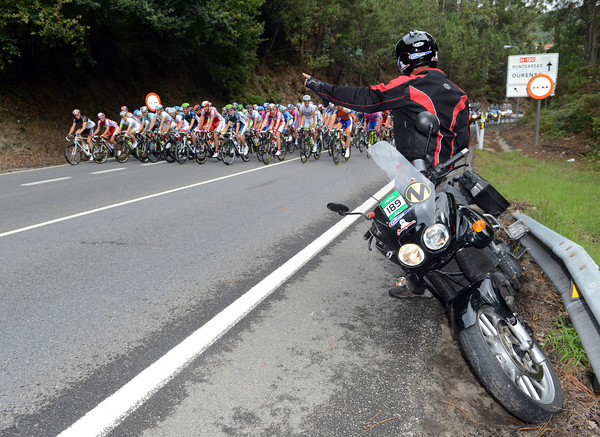 The peloton has something with which to amuse itself early-on - a stuck-in-the-mud photogrpher's moto...