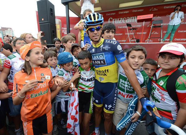 Alberto Contador poses with some young admirers before the start...