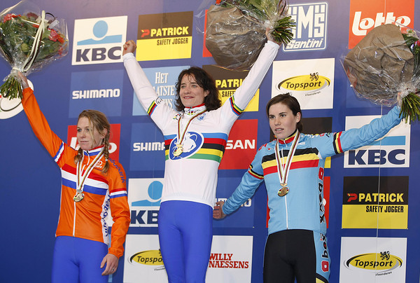 Marianne Vos celebrates her umpteenth world title with Daphny Van Den Brand and Sanne Cant..!