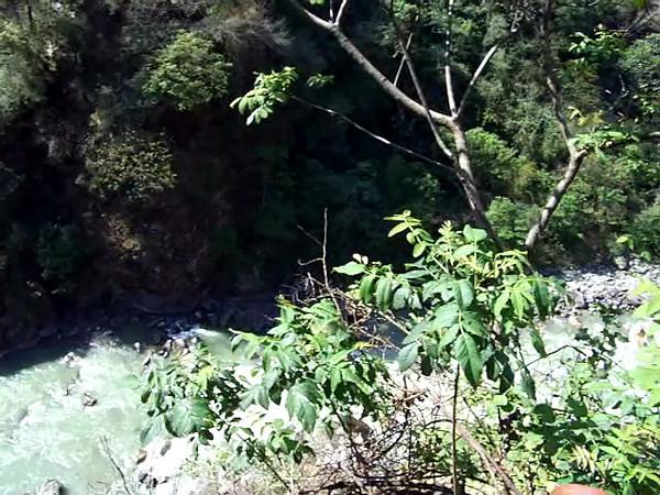 0629 - Waterfrall along Araniko Highway in Nepal Between Kodari and Katmandu - Nepal.MOV
