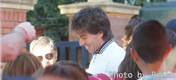 会見に向かう途中でファンに囲まれるCarlos Berlocq 延々とサインや写真に応じていました。