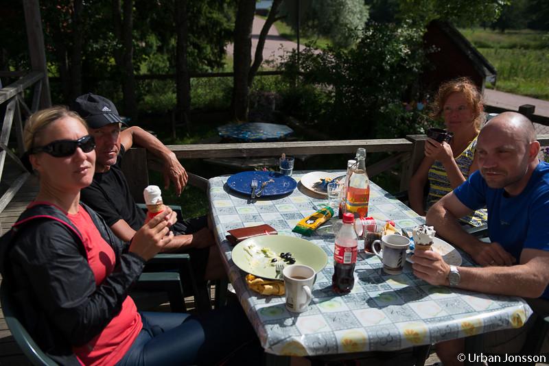 Lunch vid bord på Brändö efter butiksbesök i halvlek.
