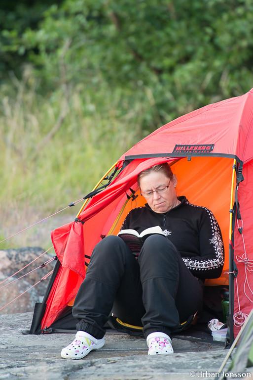 Carin tar det lugnt med en bok.