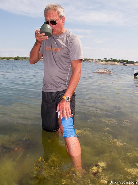 Stefan badade väldigt ofta, denna gång med en wettexduk på benet för att mildra en brännskada.