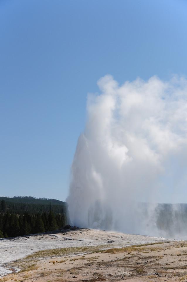 Old Faithful eruption (4 of 7)