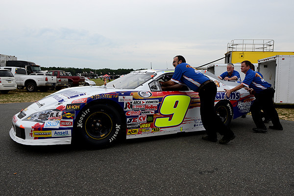 Crew members move Chase Elliott's car to pit lane.<br /> <br /> ©Sam Feinstein