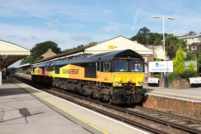 29 August 2013 :: 66846 & 66847 receiving a signal check at Basingstoke while working light from Eastleigh to Hoo Junction (0Z66)