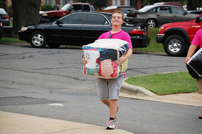 Bulldog Mover helping a student get moved in for Orientation 2013.