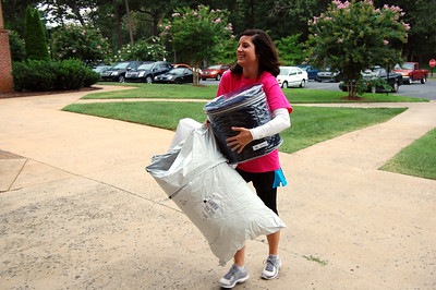 Bulldog Mover helping a student move in for Orientation 2013.