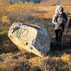 Hvaðan kom þessi steinn eiginlega? Gönguleiðin liggur, uhh, undir hann?