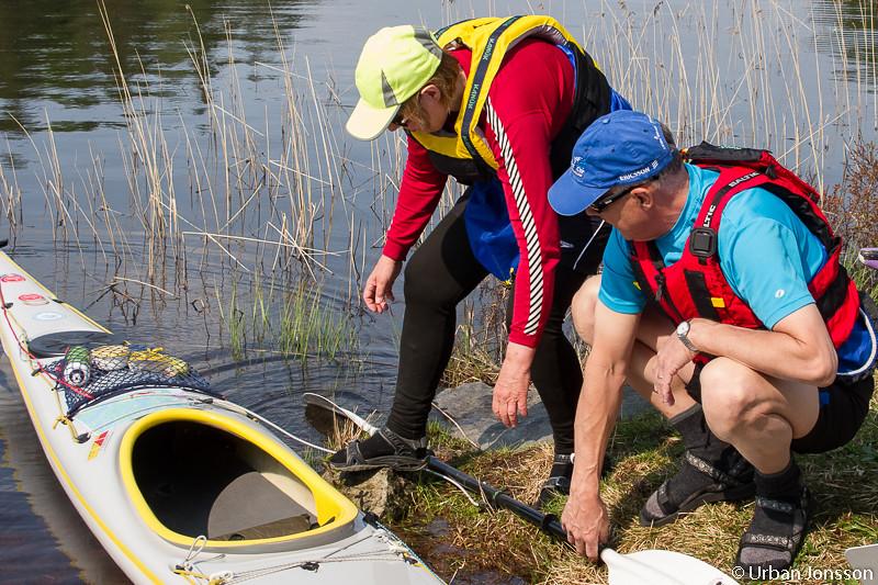 Bosse ger en hjälpande hand vid sjösättningen