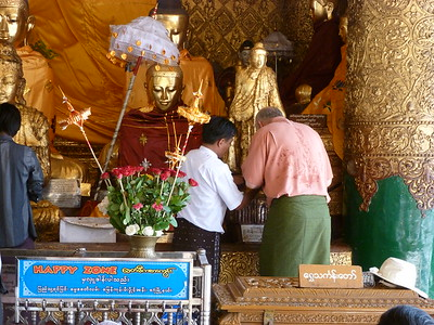 Yangon-Shwedagon Pagoda-Ron Brown Applying Gold Leaf - Elly Langer P83 P85 g16