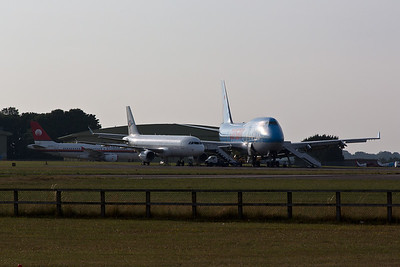 Airbus A.320s and a Boeing 747