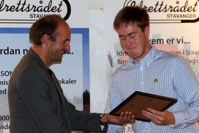 Bjarne Kvadsheim deler ut Stavanger kommunes idrettsstipend 2013 til roer Trygve Aarrestad Stavanger Roklub