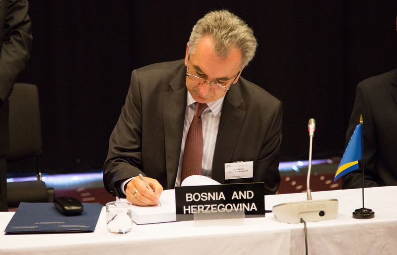 Mirko Šarović, Minister of Foreign Trade and Economic Relations, Bosnia and Herzegovina, signing the Free Trade Agreement.
