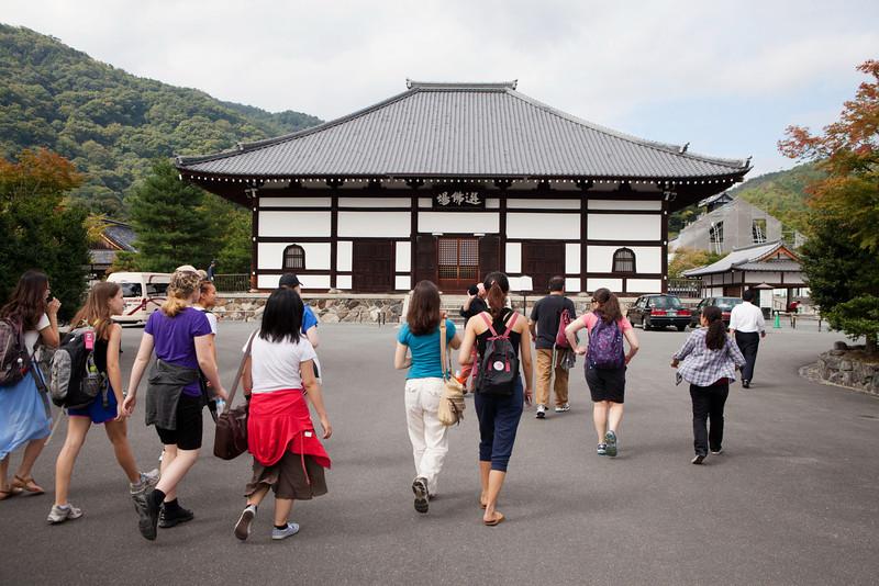 Bryn Mawr college students head to Tenryu-ji for another Zen meditation in Kyoto, Japan on Oct. 2, 2013 (Photo / Ko Sasaki).