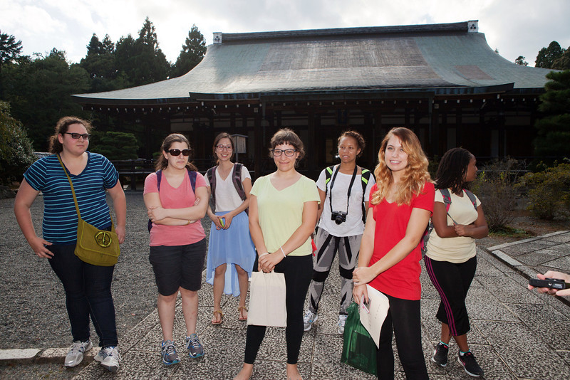 Bryn Mawr college students pose for photograph at Saihou-ji or the Moss Temple  in Kyoto, Japan on Oct. 2, 2013 (Photo / Ko Sasaki)