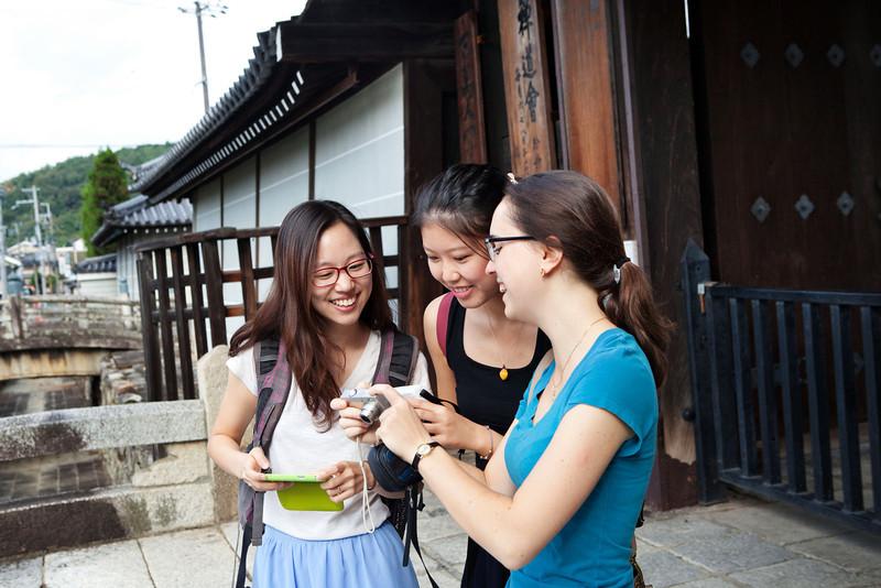 Bryn Mawr college students take walk through the Myoshin-ji in the morning in Kyoto, Japan on Oct. 1, 2013 (Photo / Ko Sasaki)