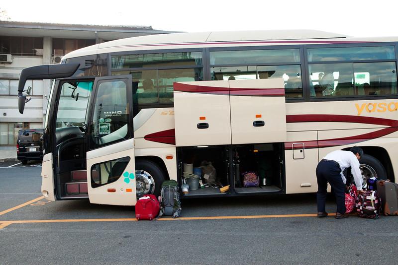 Bryn Mawr college students on the bus head to Myoshin-ji, where they spend a night in Kyoto, Japan on Oct. 1, 2013 (Photo / Ko Sasaki)