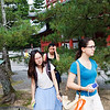 Bryn Mawr college students take walk through the Myoshin-ji in the morning in Kyoto, Japan on Oct. 1, 2013 (Photo / Ko Sasaki)