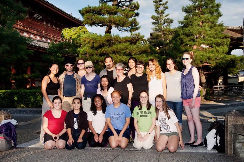 Bryn Mawr college students pose for a group photo at Daitoku-ji in Kyoto, Japan on Oct. 1, 2013 (Photo / Ko Sasak