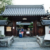 Bryn Mawr college students walk through the Myoshin-ji, where they spend a night in Kyoto, Japan on Oct. 1, 2013 (Photo / Ko Sasaki)