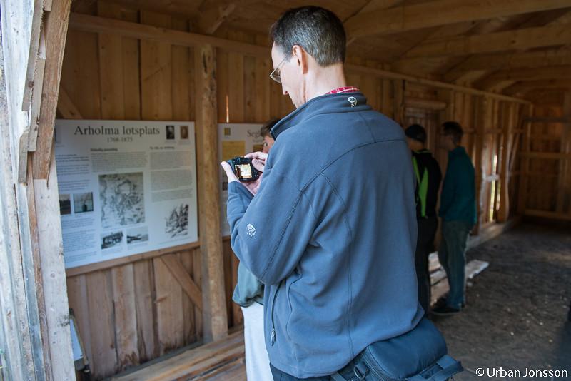 Greger L dokumenterar på Arholmas gamla lotsplats.