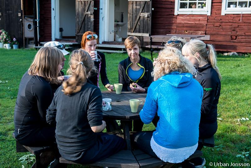 Kaffe & äppelkaka framme vid vandrarhemmet.