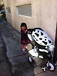 Ximena paseando su triciclo