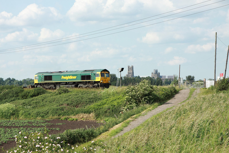 27 June 2013 :: 66570 at Ely Dock Junction working 4L87 frpm Leeds to Felixstowe