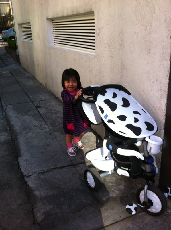 Ximena paseando su triciclo.