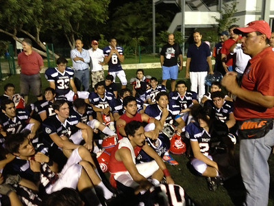 El coach felicitando a los muchachos por el gran esfuerzo que dieron para ganar este partido.
