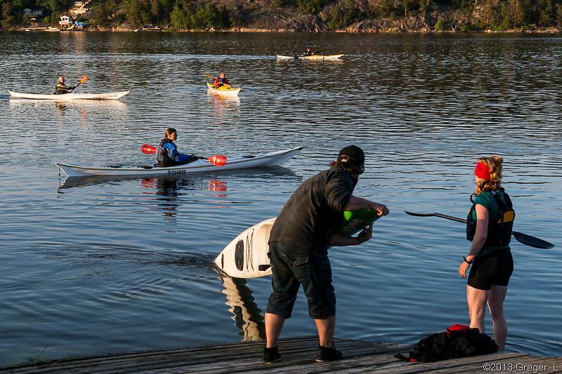 Sjösättning av surfski med stort underliggande roder