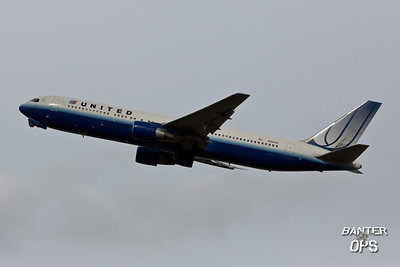 Boeing 767 N660UA United Airlines departing to Houston