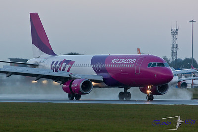 Airbus A.320 HA-LPK Wizz Air Reversed thrust on Runway 08