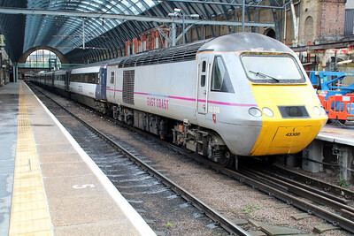 43308_43208 await departure from Kings Cross.