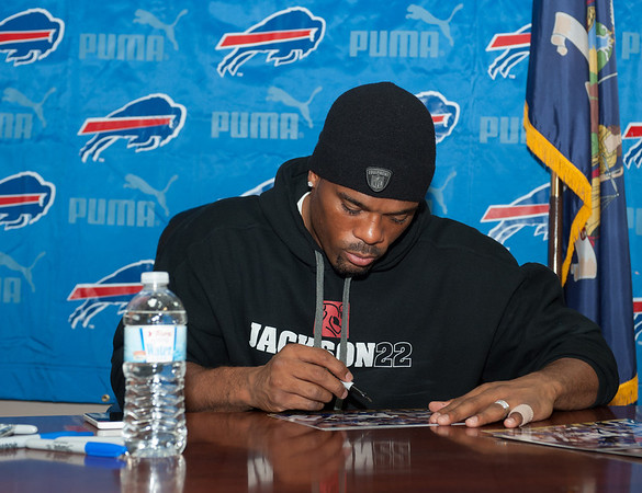 131112 Bills Signing VIERA/STAFF PHOTOGRAPHER Lockport, NY-Buffalo Bills running back Fred Jackson autographs a picture at the Niagara County Deputy Sheriffs Association Corrections and Dispatcher's union office on Tuesday Nov 12th, 2013.