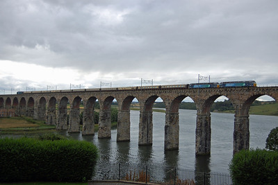 With the errant '853 still in tow, 47813 crosses the Royal Border Bridge later that afternoon with the 5Z76 1630 return empties from Tweedmouth to Berwick (10/08/2013)