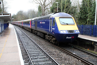 43033_43028 pass Reading West on a Paddington service.