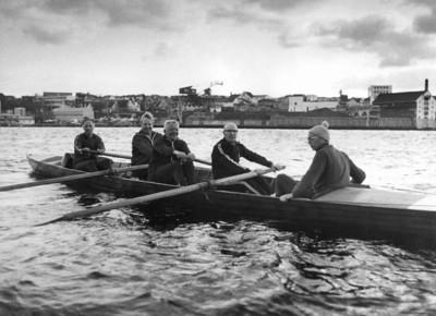 Ut fra Strømvik rundt 1974 - Trygve Tønnessen (Baug), Finn Johannessen, Karl Georg Olsen, Charles Hedberg og Harald Tvedt Pedersen (Ror)