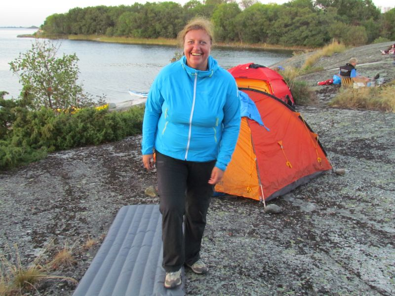 Elisabeth pumpar upp liggunderlaget   Foto Anita