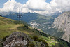 Cross on the Bryndli overlook, view down to Mürren