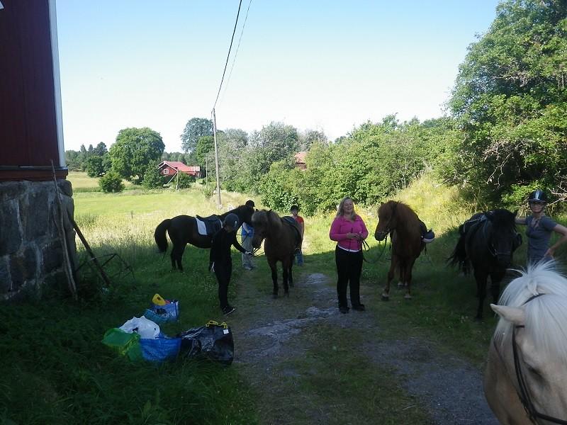 Pernilla instruerar första ridgruppen
