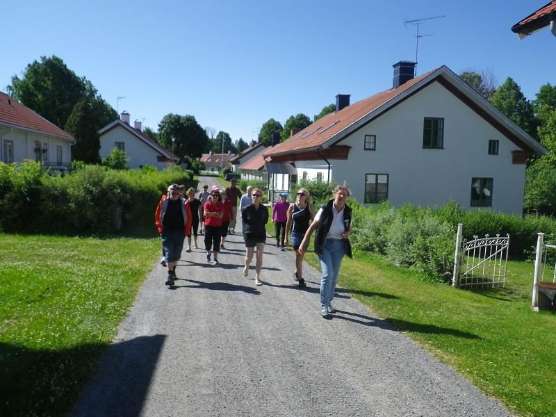 Guiden Eva-Karin visar brukets arbetar bostäder